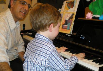 Le cours commence. Hadrien, 2 ans et demi, cherche         l'inspiration dans l'histoire des Aristochats avant de         jeter ses mains sur le clavier.