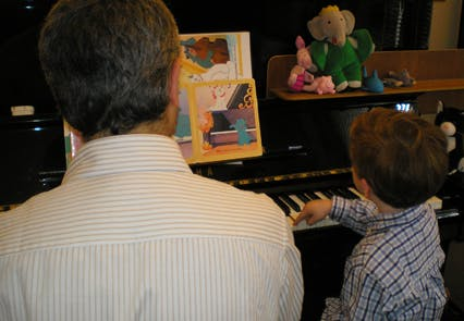 Les deux mains sur le clavier, Hadrien improvise,         comme s'il composait un bouquet floral.