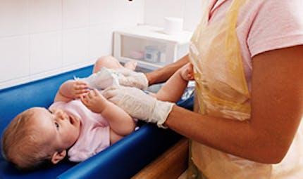 Laver bébé sans bain : comment faire ?