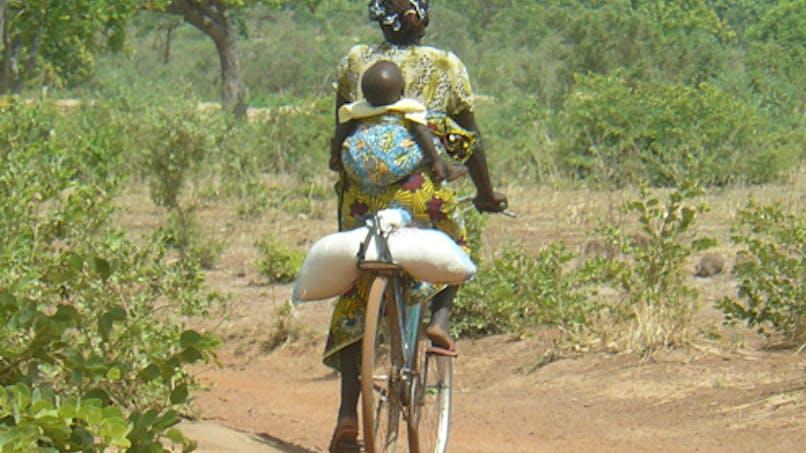Une maman et son bébé sur les chemins de brousse