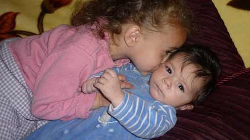 Naisa, 2 ans et demi, et Nayan, 2 mois et demi