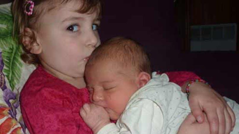Nora, 3 ans et demi, et Lila, 5 mois