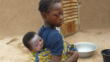 Armelle, 9 ans, et Glaudia, 3 mois