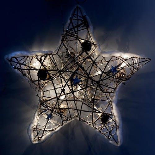 Étoile lumineuse en rotin