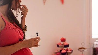 Femme enceinte lors d'une baby shower