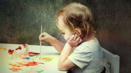 Bébé et le coloriage