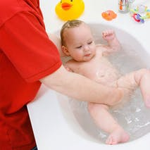 Plonger son bébé dans l'eau