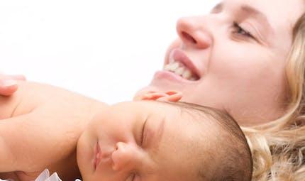 Pour consoler bébé : portez-le et marchez