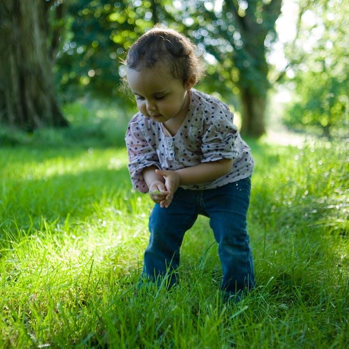marcher dans l'herbe