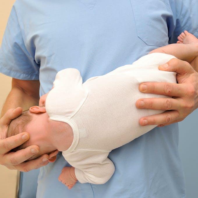 ostéopathie - prise contre torticolis bebe