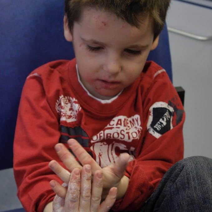 petit garçon montre ses mains