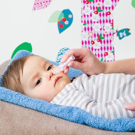 Moucher bébé : instiller le sérum
