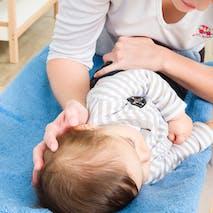 Moucher bébé : sur le côté