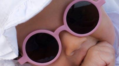 10279b8c65326 ... de protéger les yeux du bébé des rayons du soleil. Dès la naissance. Il  existe de nombreux modèles de lunettes de soleil