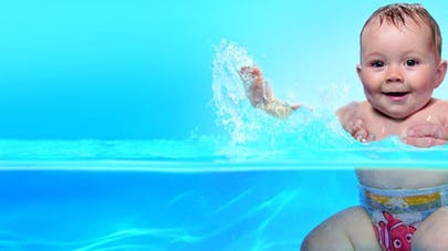 Bébé a passé du temps en milieu aquatique bien avant sa naissance. C est  donc tout naturellement qu il s immerge dans l eau d une piscine en  compagnie de ... a9d3592070b