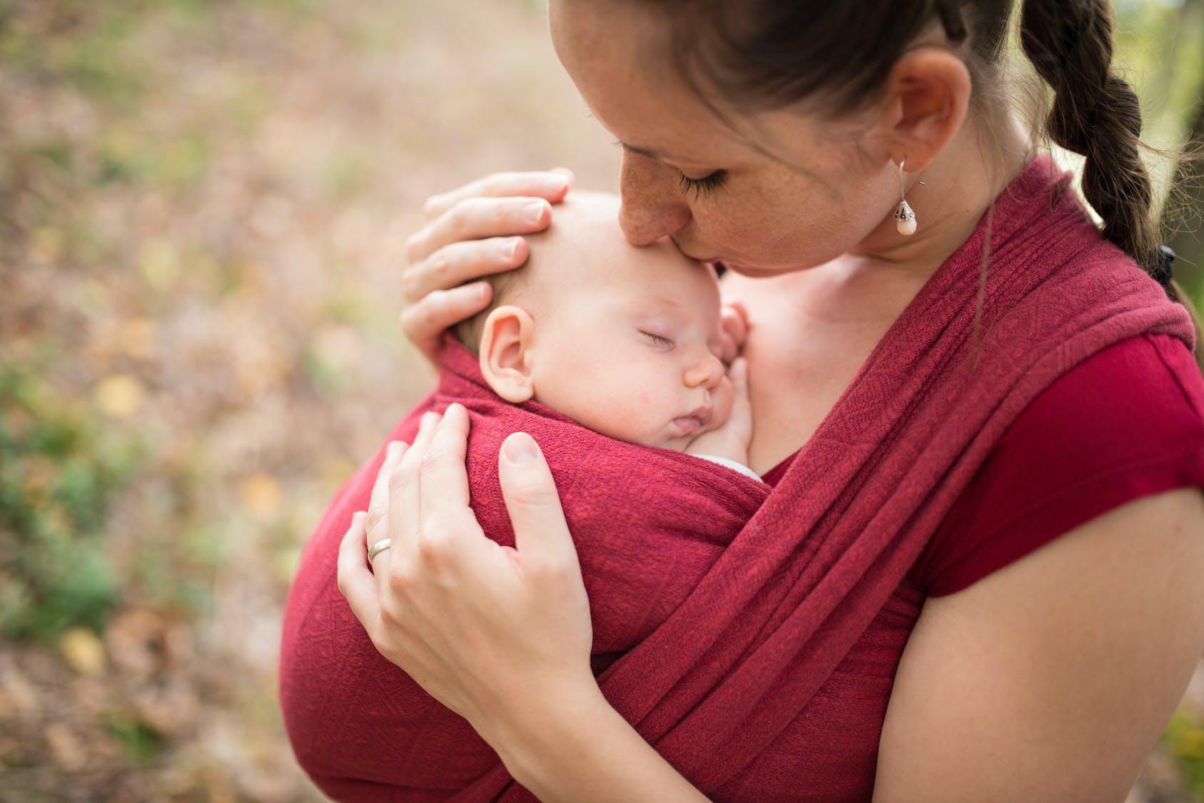 Echarpe de portage ou porte-bébé   C est vous qui décidez !   PARENTS.fr 807d2d99a57