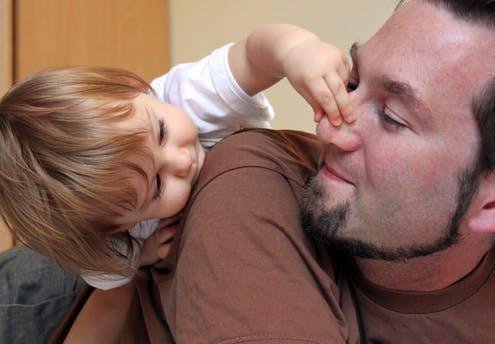 Nora, 20 mois, et son papa