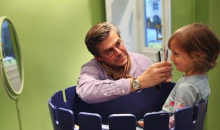 La première coupe de cheveux d'Olivia, 3 ans