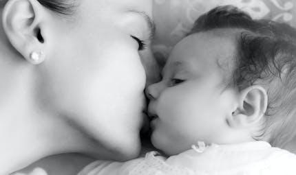 Embrasser son enfant sur la bouche, pourquoi il faut éviter ?
