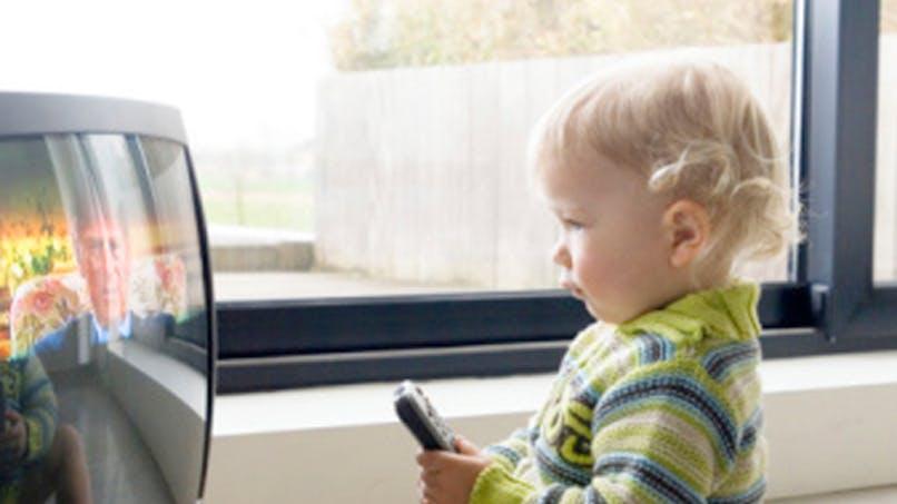 Télévision : les enfants continuent à la regarder 2 heures   par jour