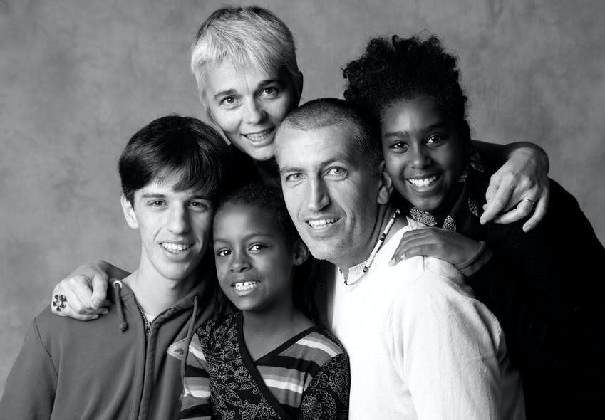 Muriel et Vincent, entourés de Lola, Salomé et de leur         enfant biologique, Maxence