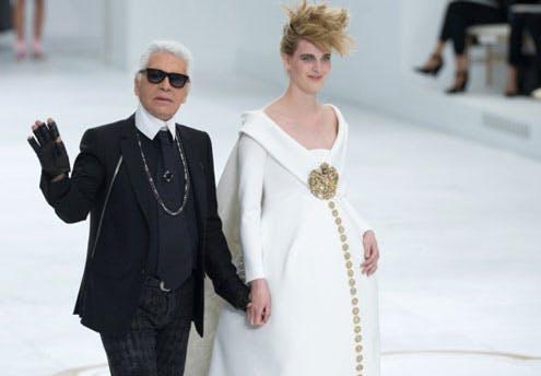 Défiler pendant la Fashion week… en robe de         mariée