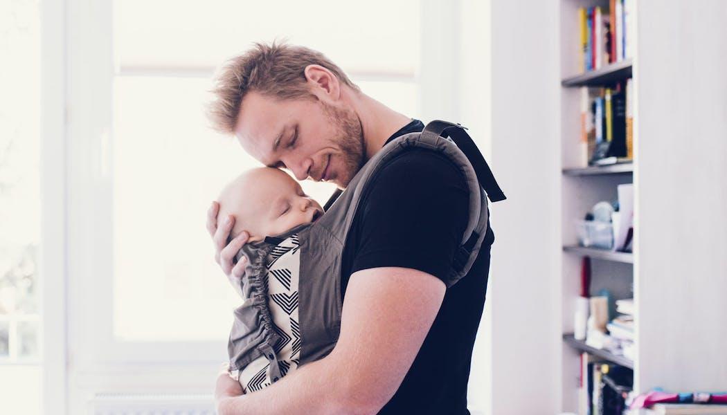 Porte-bébé ou écharpe de portage : le match pour bien choisir