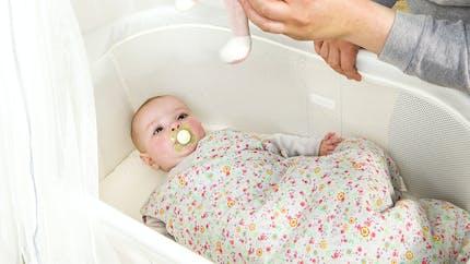 Quand et comment faire dormir son bébé sur un plan incliné ?