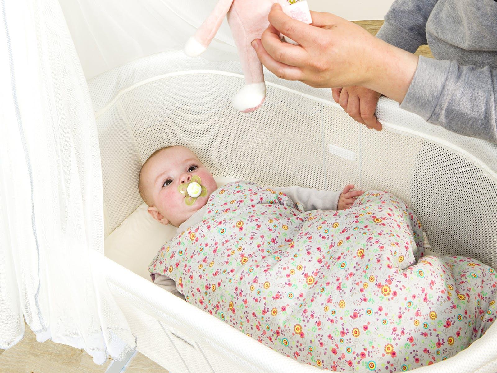 Tete De Lit Avec Coussin Comment Faire sommeil : faire dormir son bébé sur un plan incliné | parents.fr