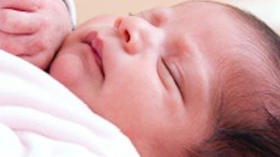 Mort inattendue du nourrisson : ne pas laisser les bébés   dormir sur un canapé