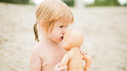 Une poupée pour rejouer le quotidien