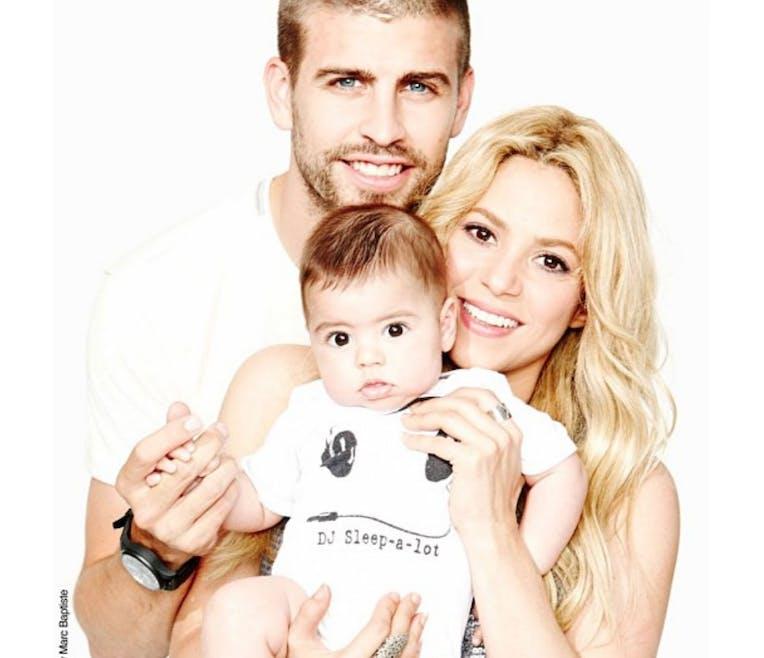 Bébé Milan prend la pose avec ses parents