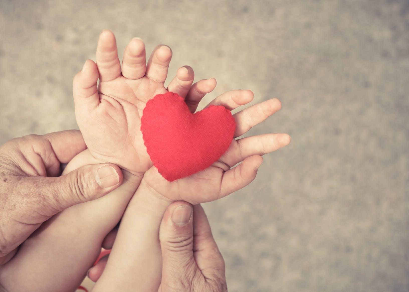 fête des grands-mères : 12 idées cadeaux pour mamie   parents.fr