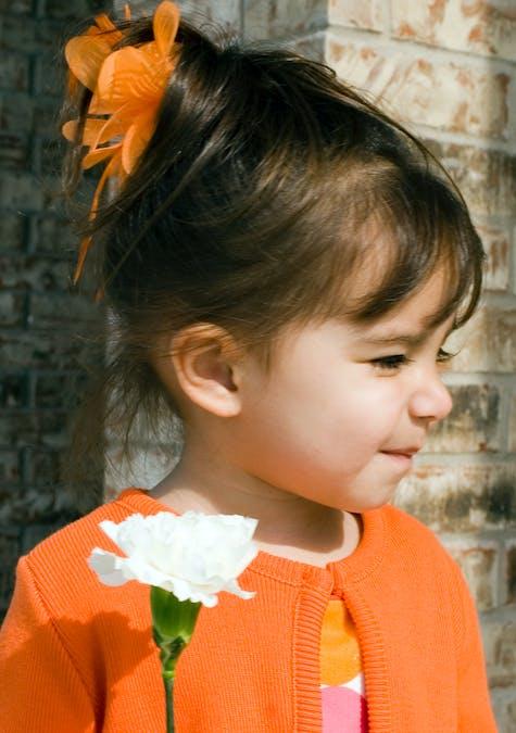 Cheveux relevés avec une pince fleur