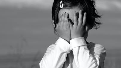 Fille de rencontre avec l'anxiété sociale