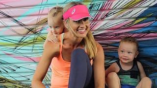 Une maman imagine des exercices de sport avec ses   enfants