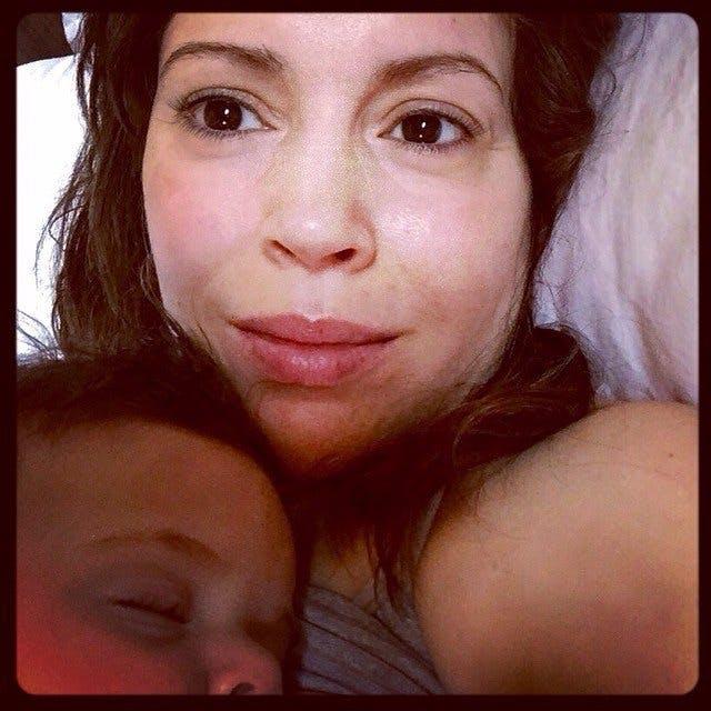 Une sieste sur maman...