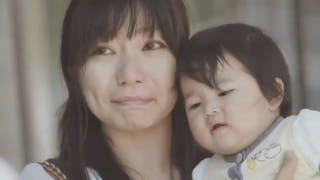 Vidéo émotion : des papas fêtent le premier anniversaire de leur femme en tant que mère