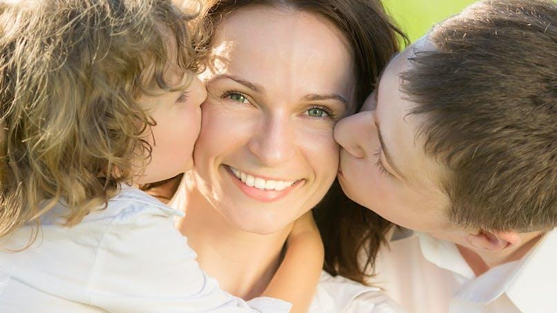 Les femmes consacrent presque trois fois plus de temps aux  enfants que les hommes