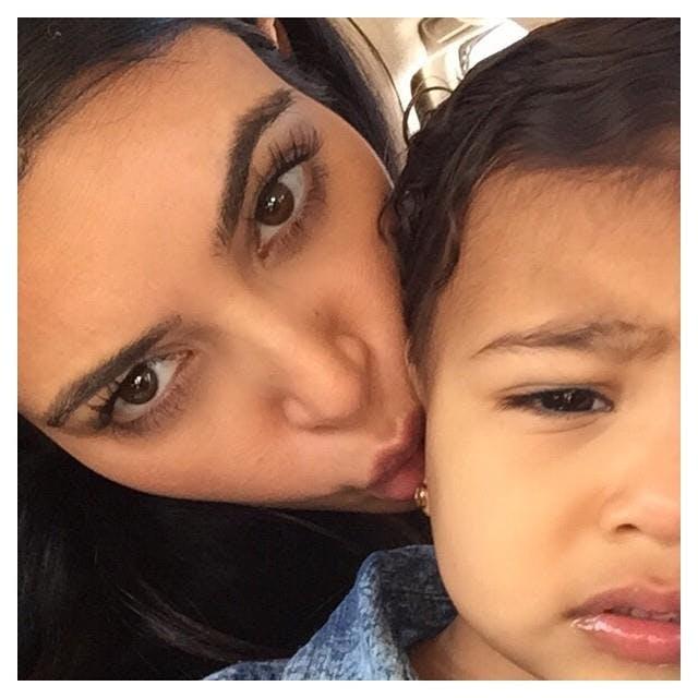 Kim Kardashian : une maman accro aux bisous