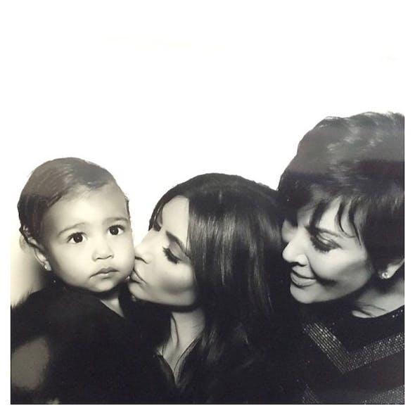 North entourée de sa maman et de sa mamie