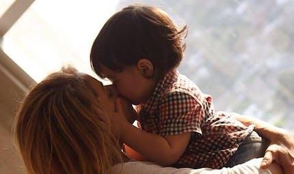 People : pause bisous avec leurs enfants