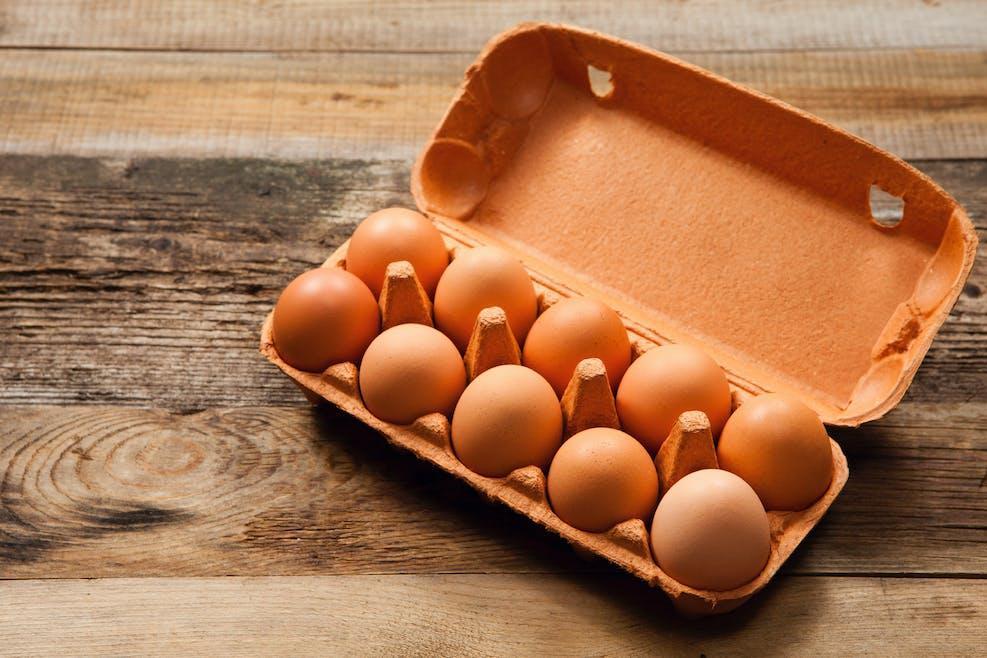Les œufs crus en coquille