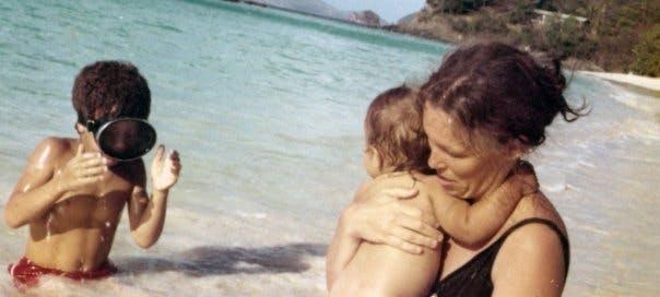 A la mer avec sa maman et sa petite soeur