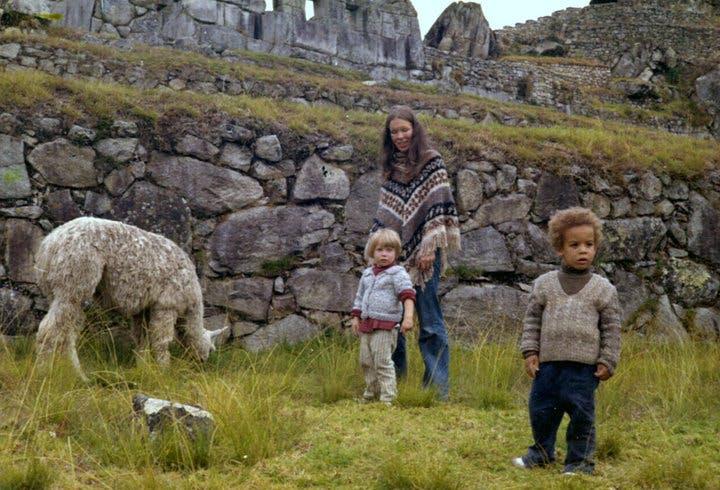 Photo d'enfance à la ferme : Vin avec son jumeau et sa         maman