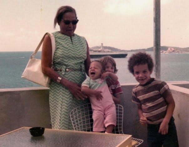 Vin Diesel avec son frère jumeau, sa petite soeur et         sa maman