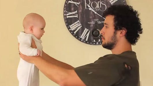 Un papa s'amuse à porter son bébé de 17 façons   différentes