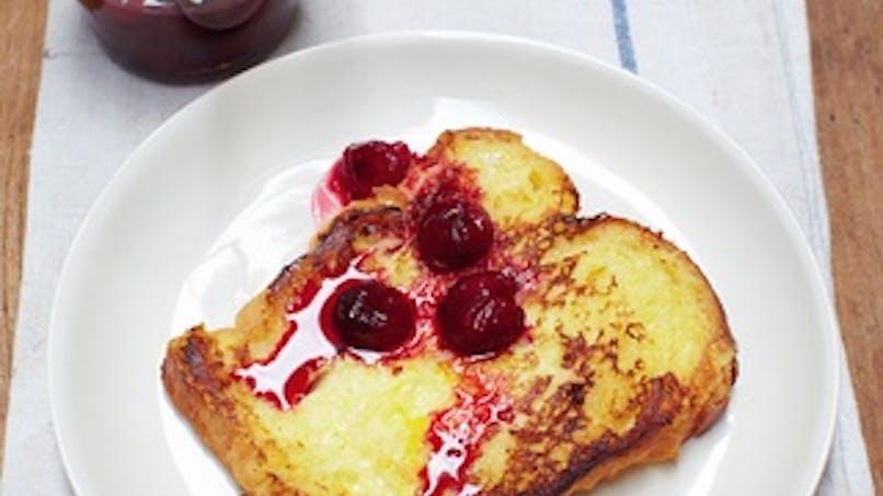 Dessert : pain perdu à la compote de cerise et au       basilic
