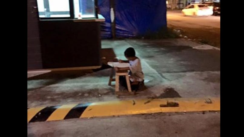 Philippines : la photo qui a changé la vie d'un petit   garçon sans-abri