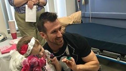 Atteinte d'un cancer, cette petite fille de 4 ans « épouse   » son infirmier préféré